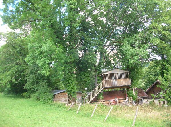 La cabane dans l 39 erable cabane perch e en location athose doubs - Cabane jardin construire besancon ...
