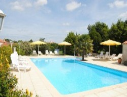 Cottage with heated pool in the Vendee