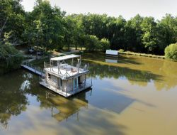 Unusual stay in Floating hut in Aquitaine near Riocaud