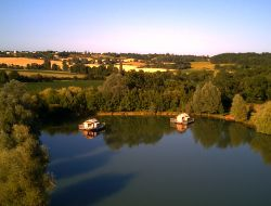 Unusual stay in floating huts in Aquitaine.