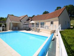 Villa avec piscine chauff�e a louer en Corr�ze.