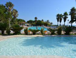 Village de vacances en bord de mer en Corse.