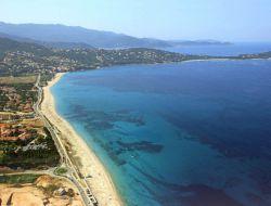 Camping en bord de mer en Corse.
