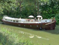 Tourisme fluvial à Avignon et sur le Canal du Rhône.