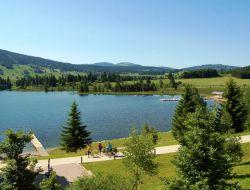Camping en bord de lac dans le Jura.