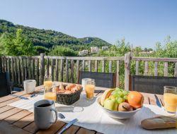 Village vacances avec piscine en Ardèche.