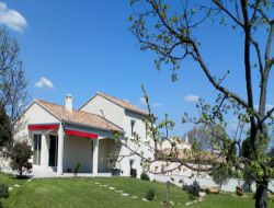 Villa avec piscine à louer dans le Gard.