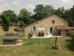 Gîte avec jacuzzi privé dans le Cantal