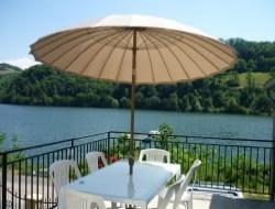 Gite au bord d'un lac en Aveyron.